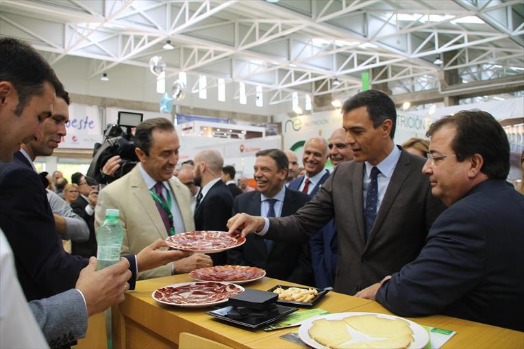 Sánchez visita el stand de covap en  la Feria de Zafra
