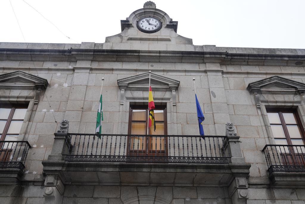 Las banderas del Ayuntamiento de Pozoblanco ondean a media asta en homenaje a los fallecidos por el coronavirus