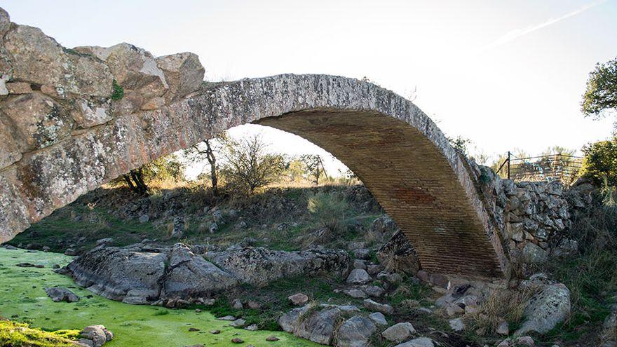 El Ayuntamiento de Pedroche pide no subir a un puente del siglo XVI