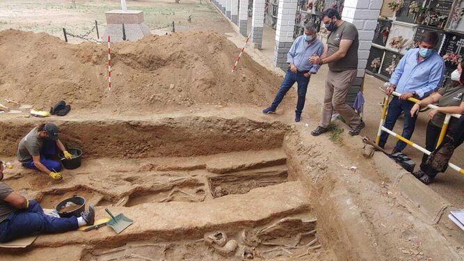 La delegación de Memoria Democrática se compromete a respaldar los trabajos de exhumación de fosas de Hinojosa